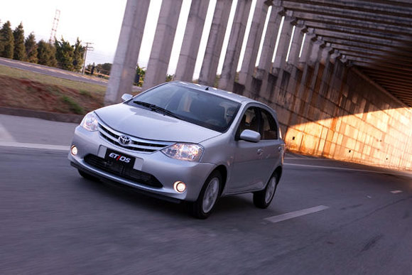 Nissan March ou Toyota Etios - Comparativo