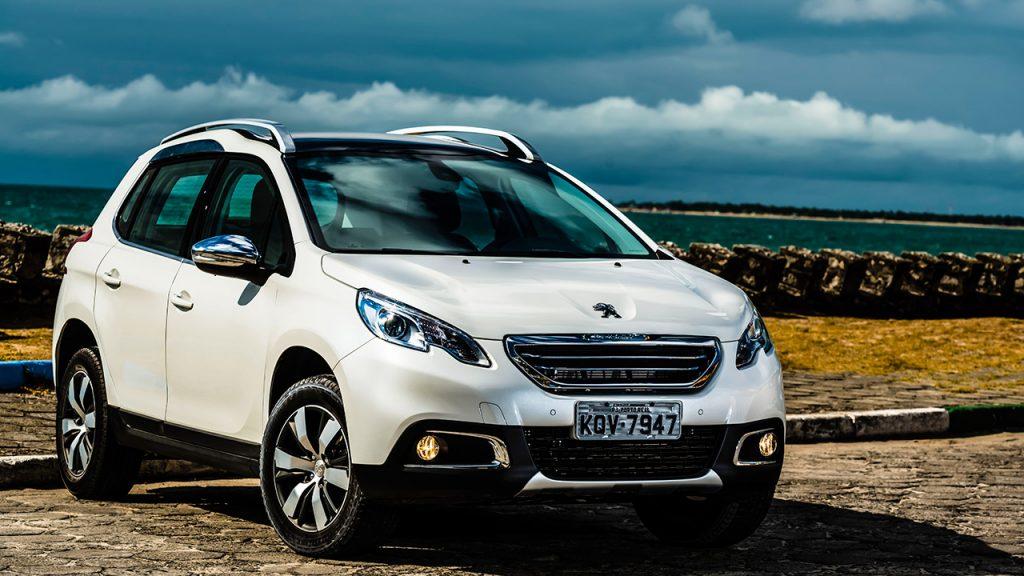 Peugeot 2008 ou Renault Sandero 2017 - Qual é o melhor para comprar?