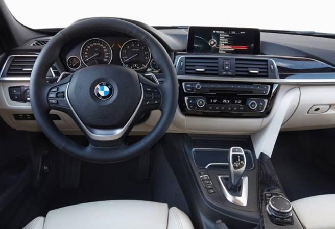 Nova BMW 320i 2018 - Interior